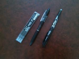 2 types de stylos noirs Frixion de chez Pilot. Ces stylos sont effaçables grâce à leur gomme spéciale.